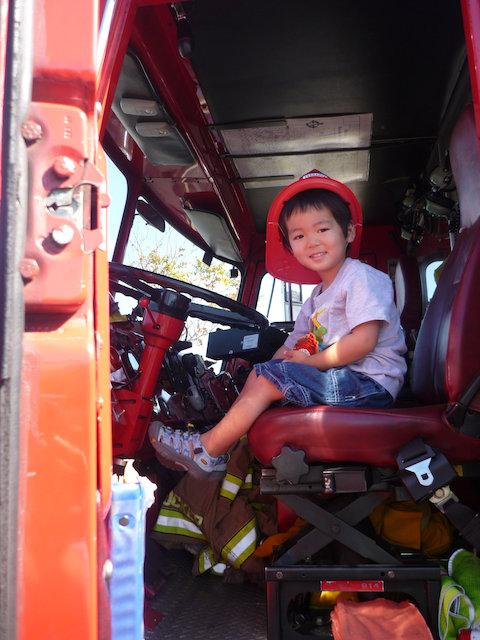 子供たちに夢を与える!アメリカの消防士さん (Fire Fighter) と子供たちのふれあい。